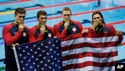 Nathan Adrian, Michael Phelps, Ryan Murphy dan Cody Miller dengan medali emas mereka di pada medley relay 4 kali 100 meter.