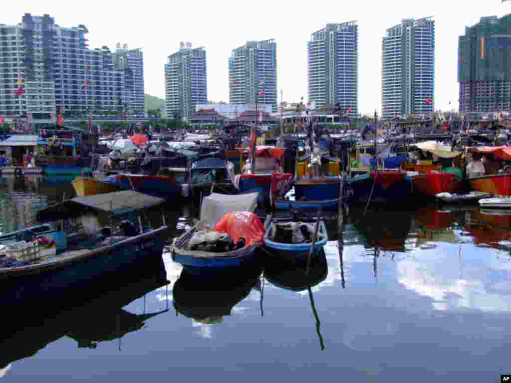 靠近三亚市中心的三亚港中的船只