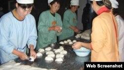 영국의 대북 지원단체 '북녘어린이사랑(Love North Korea Children)'이 북한에서 운영하는 빵공장에서 어린이들을 위한 빵을 만들고 있다. 사진 출처: '북녘어린이사랑' 웹사이트.