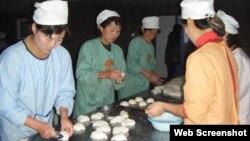 영국의 대북 지원단체 '북녘어린이사랑(Love North Korea Children)'이 북한에서 운영하는 빵공장에서 어린이들을 위한 빵을 만들고 있다. 사진 출처= '북녘어린이사랑' 웹사이트.