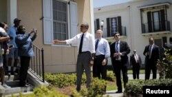 Obama felaketten sonra yeni konutlara yerleştirilen New Orleanslılarla.
