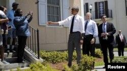 Presiden AS Barack Obama berbincang dengan warga di daerah yang telah dibangun kembali setelah terkena Badai Katrina di New Orleans, Louisiana (27/8). (Reuters/Carlos Barria)