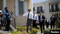 Tổng thống Barack Obama trò chuyện với cư dân địa phương ở khu vực đã được tái thiết sau bão Katrina ở New Orleans, bang Louisiana, ngày 27/8/2015.