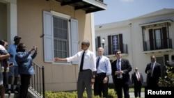 2015年8月27日美国总统奥巴马和新奥尔良市市长在新奥尔良问候卡特里娜飓风后重建区域的当地居民。