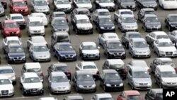 독일 북부 엠덴 항에서 수출을 위해 대기 독일 산 자동차들. (자료사진)