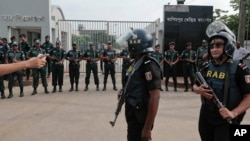 Pasukan keamanan Bangladesh melakukan penjagaan ketat di penjara Kashimpur, di mana eksekusi terhadap Mir Quasem Ali dilakukan di Gazipur, pinggiran ibukota Dhaka, Sabtu (3/9).