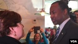 Republican presidential candidate Ben Carson talks with a woman at the Airport Diner in Manchester, New Hampshire, Feb. 7, 2016. (K. Gypson/VOA)