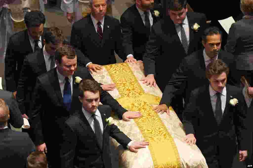 Les petits-fils et les porteurs de cœurs de Bush sortent après la messe de funérailles de leur grand-mère, l'ex-première dame américaine Barbara Bush, à l'église épiscopale de St. Martin, Houston, Texas, 21 avril 2017.