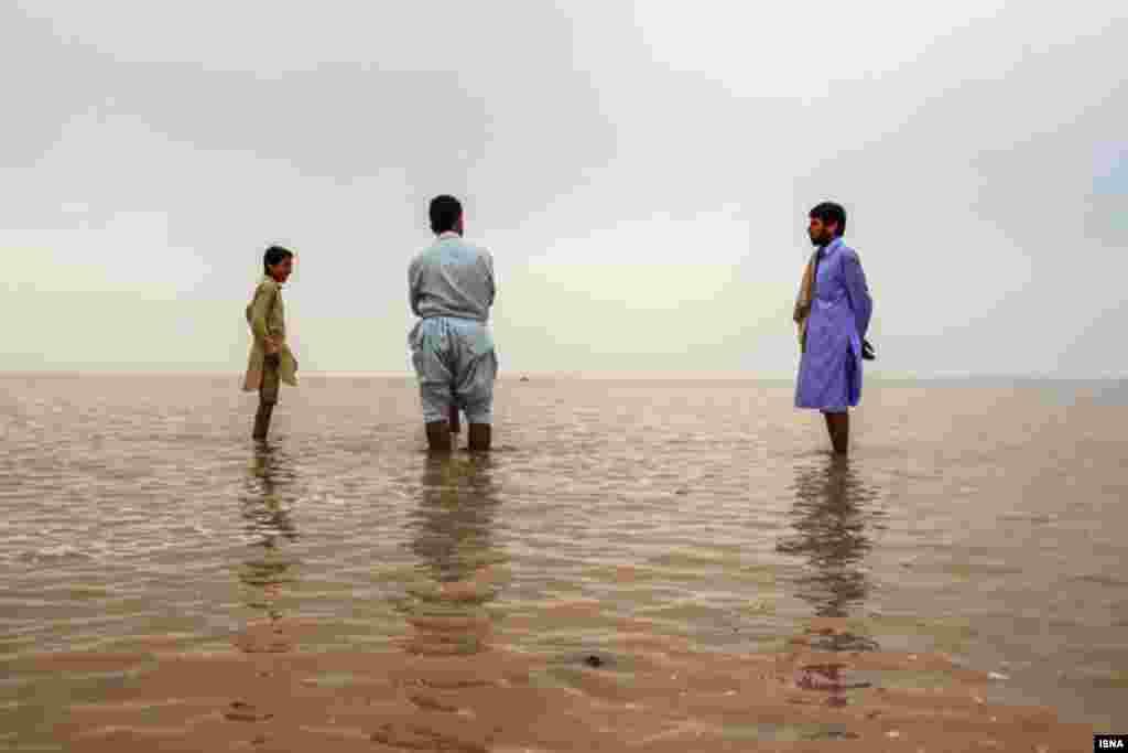 خوشحالی از ورود آب به تالاب جازموریان پس از ۲۰ سال آب تا پایان فروردین است و دوباره خشک می شود. عکس: ساره تجلی