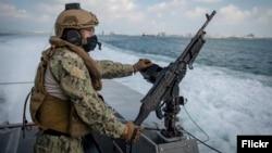 Американський військовий патрулює на човні Mark VI в Арабській затоці