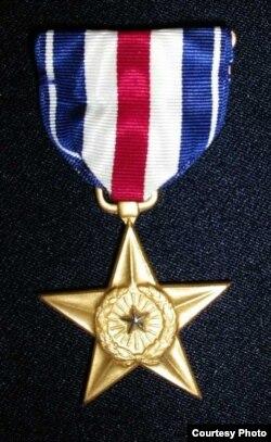 Rassell Louning otasi vatanga qilgan xizmati uchun AQSh hukumatidan kumush medal olgan