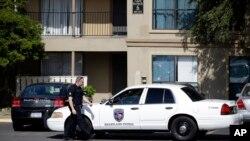 Un policía custodia la entrada al departamento donde se alojó el hombre infectado con ébola en Dallas.