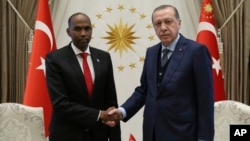 Turkey's President Recep Tayyip Erdogan, right, and Somalia's Prime Minister Hassan Ali Khayre shake hands during a welcome ceremony in Ankara, Oct. 26, 2017. Khayre visited victims of Mogadishu truck bombing being treated in Turkey.