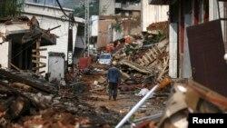 Phần lớn nhà cửa ở huyện Lỗ Ðiền xây bằng gạch và cũ kỹ với 12.000 căn đã bị sập sau trận động đất.