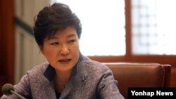 박근혜 한국 대통령이 27일 오전 청와대에서 수석비서관회의를 주재하며 모두발언하고 있다.