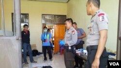 Kepolisian Poso saat menjinakkan bom yang ditemukan akhir tahun lalu. (Foto: Dok)