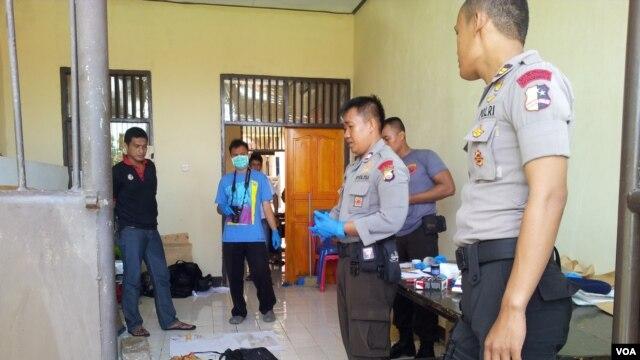 Satuan Jihandak Gegana Brimob Polda Sulawesi Tengah berhasil menjinakkan bom yang dipasang orang tidak dikenal di Pos Pengamanan Natal dan Tahun Baru (VOA/Yoanes Litha).