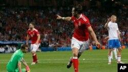 Gareth Bale manifeste sa joie après un but contre la Russie.