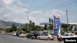 Drivers queue for fuel near a petrol station along the 28 Novembre boulevard in Bujumbura, Burundi, May 30, 2017.