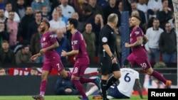 Les joueurs de Manchester City viennent de marquer un but contre Tottenham, Angleterre, le 14 avril 2018.