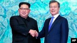 """Kim Jong Un y Moon Jae-in firmaron el viernes la """"Declaración de Panmunjom para la Paz, la Prosperidad y la Unificación de la Península Coreana"""" y se comprometieron a trabajar para desnuclearizar la Península Coreana ."""