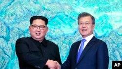 北韓領導人金正恩與南韓總統文在寅握手