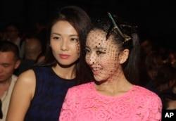 刘涛和佟丽娅(右)在纽约参加DNKY时装表演(2014年9月7日)。在中国媒体《界面》和《今日头条》近日联合推出的2017中国名人收入榜上,大多数人是演员。刘涛位居第七,收入1亿5620万元;佟丽娅排名69,收入4660万元。