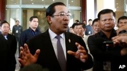 Thủ tướng Campuchia Hun Sen trả lời các phóng viên tại trụ sở Quốc hội ở Phnom Penh.