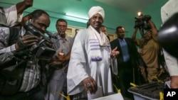 오마르 알 바시르 수단 대통령이 지난 13일 카르툼의 대통령 선거 투표소에서 투표하고 있다. (자료사진)