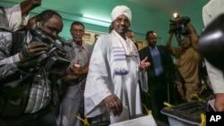 Tổng thống Sudan Omar al-Bashir bỏ phiếu vào ngày đầu cuộc bầu cử tại phòng phiếu ở Khartoum, Sudan, 13/4/15