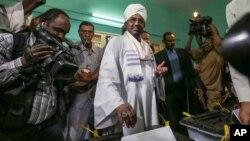 Le président soudanais Omar el-Bashir place son bulletin de vote dans l'urne à Khartoum le 13 avril 2015.