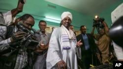 ປະທານາທິບໍດີ Omar al-Bashir ປ່ອນບັດລົງຄະແນນສຽງ ຂອງທ່ານ ໃນຂະນະທີ່ສະໝັກ ເປັນປະທານາທິບໍດີ ອີກສະໄໝນຶ່ງ ໃນມື້ທຳອິດຂອງການເລືອກຕັ້ງ ເອົາປະທານາທິບໍດີ ແລະ ສະມາຊິກສະພາແຫ່ງຊາດ ຢູ່ທີ່ເມືອງ Khartoum ປະເທດຊູດານ, ວັນທີ 13 ເມສາ 2015.