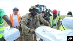 Soldados americanos descarregam suprimentos na Beira