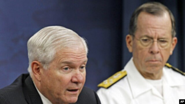 Secretary of Defense Robert Gates (l) and Chairman of the Joint Chiefs of Staff Adm. Mike Mullen speak at the Pentagon, May 18, 2011