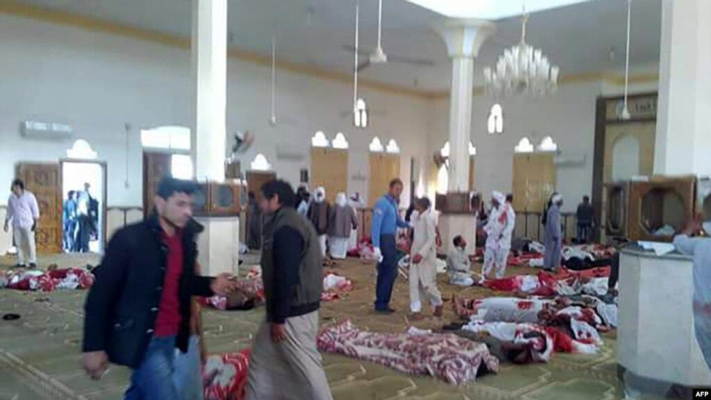 Escena tras el ataque terrorista en la mezquita de Rawda, a unos 40 kilómetros al oeste de la capital de El-Arish, en el norte del Sinaí, Noviembre 24  del 2017.