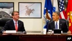 지난달 6일 바락 오바마 미국 대통령(오른쪽)이 국방부를 방문해 애슈턴 카터 미 국방장관과 이슬람 수니파 무장조직 ISIL 대응 전략을 논의하고 있다. (자료사진)
