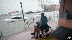 Poplavljene ulice u centru Pensakole na Floridi (Foto: AP/Gerald Herbert)