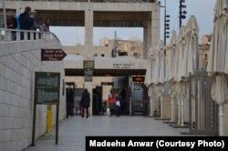 دیوار ِگریہ میں داخل ہوتے ہوئے