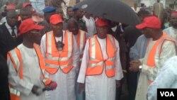 Gwamnan Jahar Kano Abdullahi Umar Ganduje (a tsakiya) a lokacin aikin shara