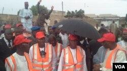 Gwamnan Jahar Kano Abdullahi Umar Ganduje (a tsakiya) a lokacin ayyukan tsabtace Kano