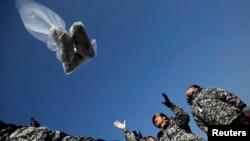 Người đào tị Bắc Triều Tiên thả bong bóng mang theo 1 đôla, radio, CD và truyền đơn tố cáo chế độ Bắc Triều Tiên từ khu phi quân sự ở Paju, ngày 15/1/2014.
