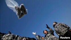 한국 내 탈북자 단체 회원들이 15일 오전 경기도 파주 오두산 통일전망대에서 북한 정권을 규탄하는 전단을 북한으로 날려보내고 있다.