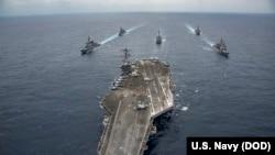 """美国尼米兹级航母""""卡尔文森""""号行驶在菲律宾海(2017年4月28日)"""