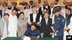 دستخط کی تقریب ایوان صدر اسلام آباد میں ہوئی