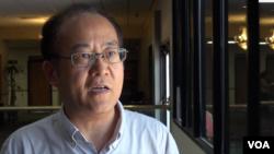 加拿大维多利亚大学政治、历史教授吴国光 (美国之音章真拍摄)