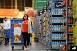 Laila Ummelaila, yang bekerja di toserba Walmart, menyiapkan barang-barang yang dipesan secara daring oleh pembelanja pribadi (personal shoppers).