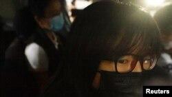 香港支聯會副主席鄒幸彤9月8日清晨被香港警方國安處人員拘捕後帶上警車離開(路透社照片)