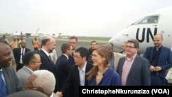 L'américaine Samantha Power, troisième à droite, accompagnée d'autres ambassadeurs du Conseil de sécurité à l'atterrissage de leur avion à Bujumbura, Burundi, 21 janvier 2016. (VOA / Christophe Nkurunziza)