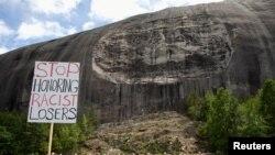 Protes di depan monumen Konfederasi yang diukir menjadi granit di Stone Mountain Park di Stone Mountain, Georgia, AS, 16 Juni 2020. (Foto: Reuters)