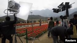 """Một đơn vị quay phim Bollywood quay một cảnh của bộ phim Tiếng Hindi """"Sadiyan"""" (Thế kỷ) bên trong vườn hoa tulip ở Kashmir"""